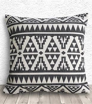 Coussin motifs aztec 18 x 18 Buk et Nola 38$