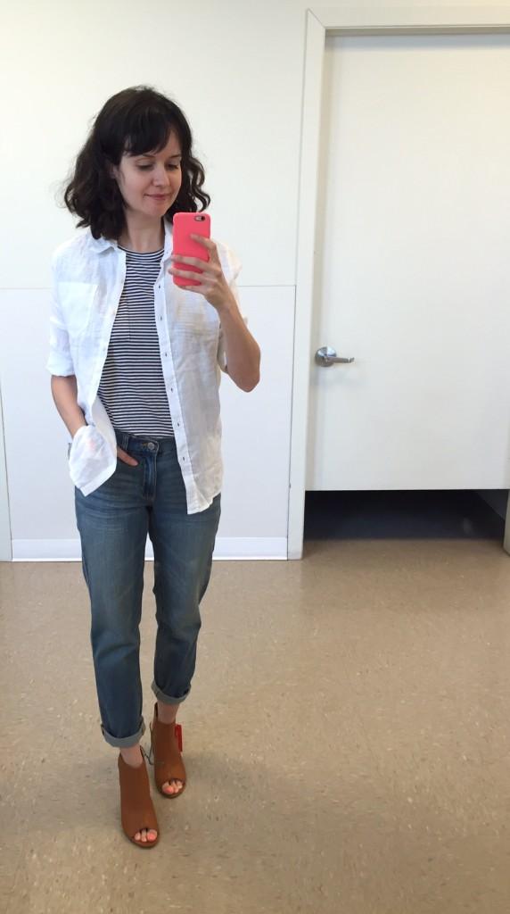 Chemise en lin 29$ - t-shirt rayé 16$ - jeans boyfriend en liquidation 19,94$ - mules 59$