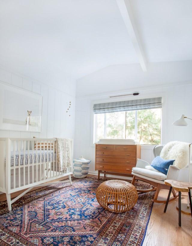 Bébé meuble vintage murs blancs