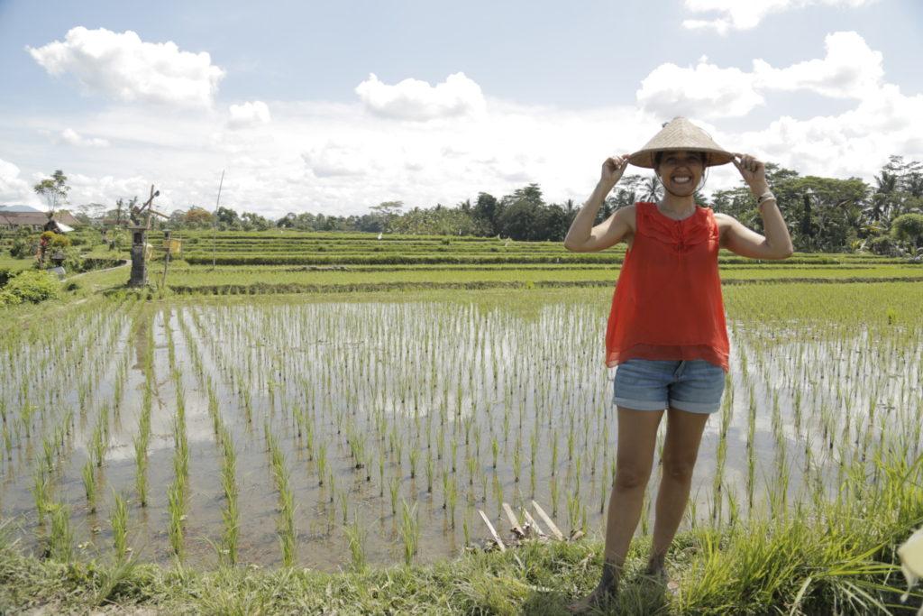 Sophie dans une rizière du Vietnam avec son haut Thoery déniché chez Deuxième Édition pour des pinottes.
