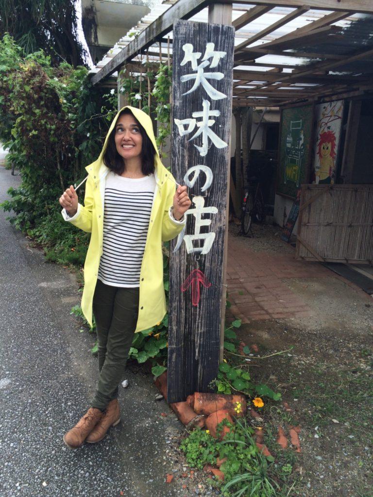 Sophie Fouron à Okinawa au Japon avec son imper de chez Espace Pépin.