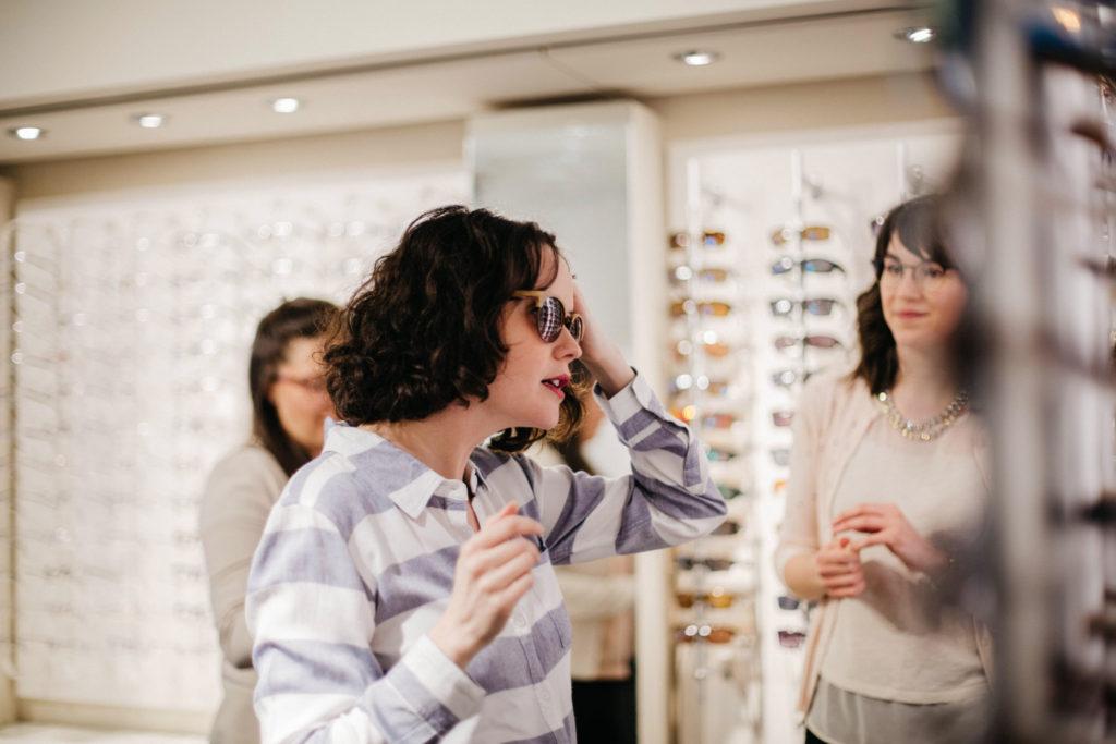 Essayage de lunettes de soleil chez Opto-Réseau