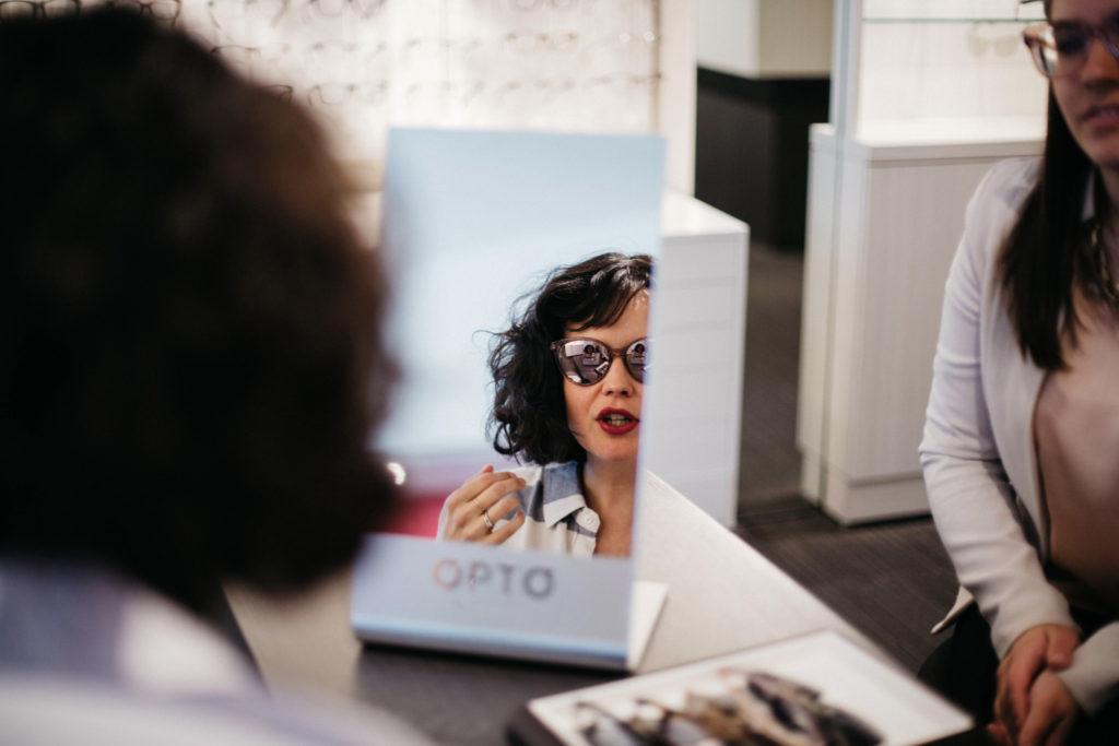 En essayage de lunettes de soleil chez Opto-Réseau