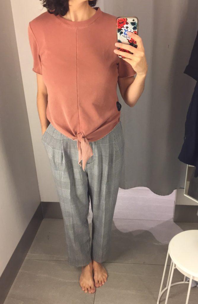 Avec pantalon pied-de-poule a taille haute et pinces. 59,99$