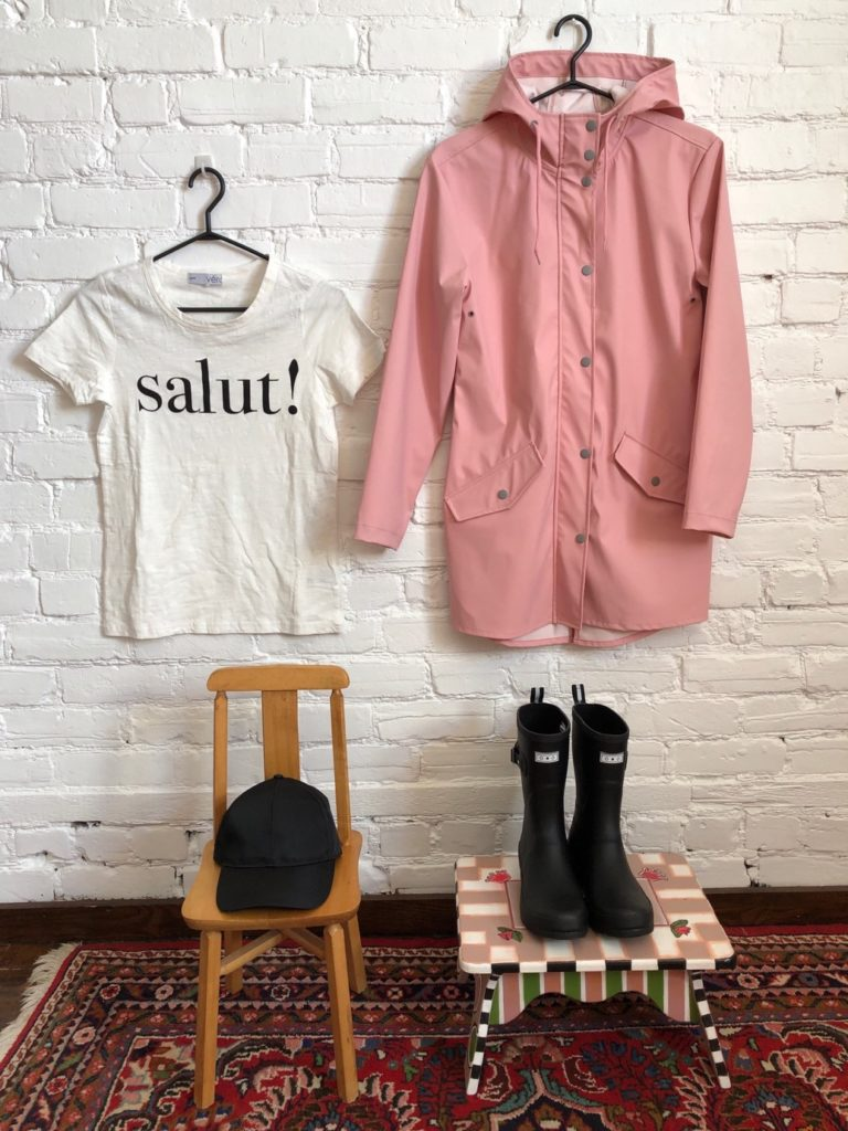 Aubainerie T-shirt Salut! Collection Véro, 20$, casquette noire 12,98$, imper 49,98$, bottes 34,98$.